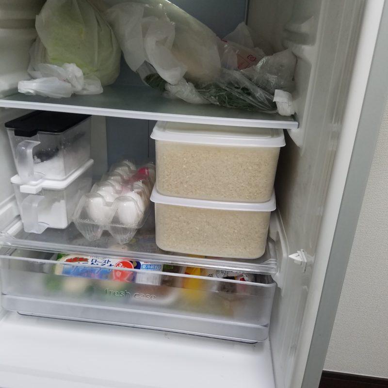 冷蔵庫の中にタッパー二段積み