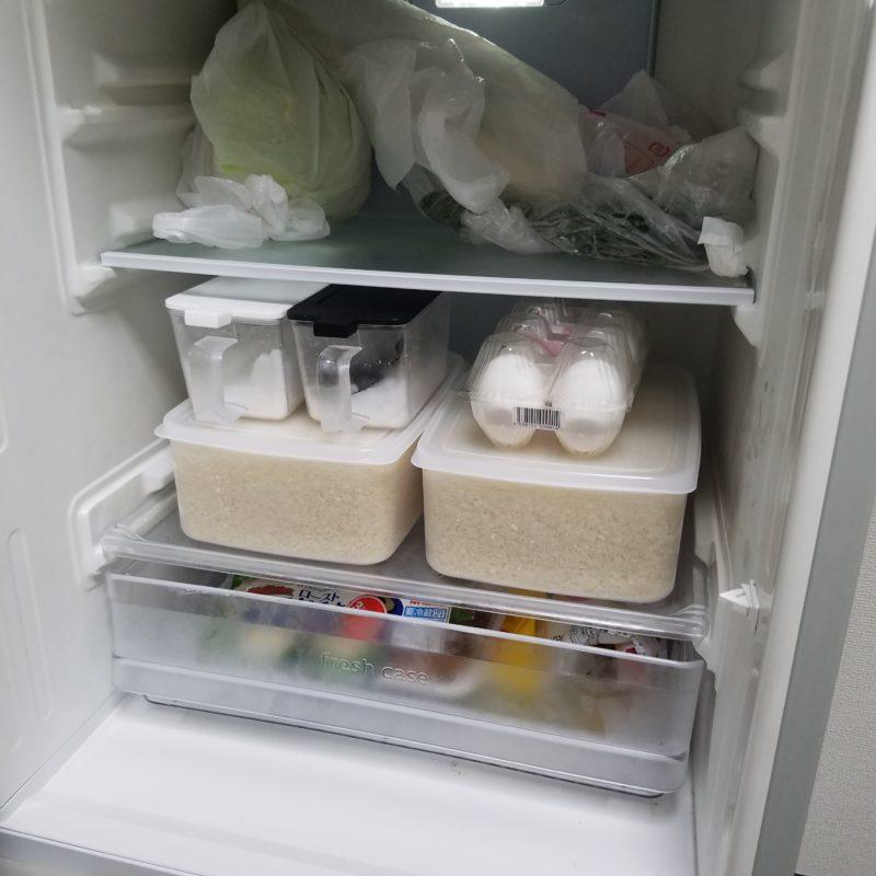 冷蔵庫の中にタッパー平積み