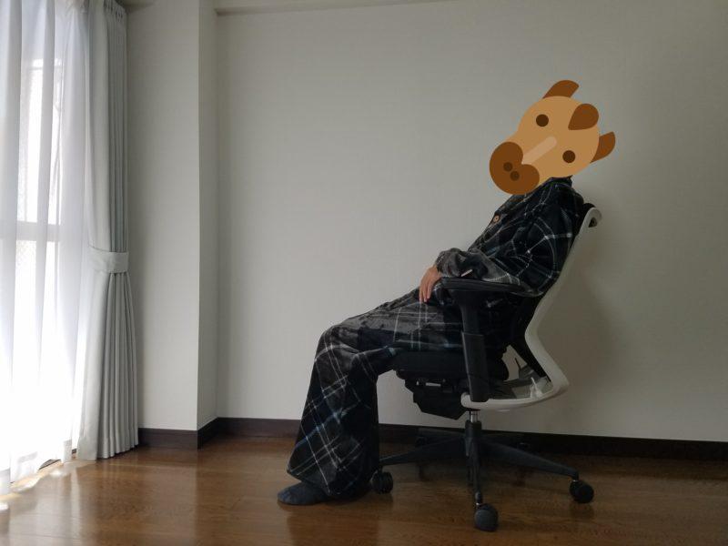 グルーニーを着て椅子に座っている