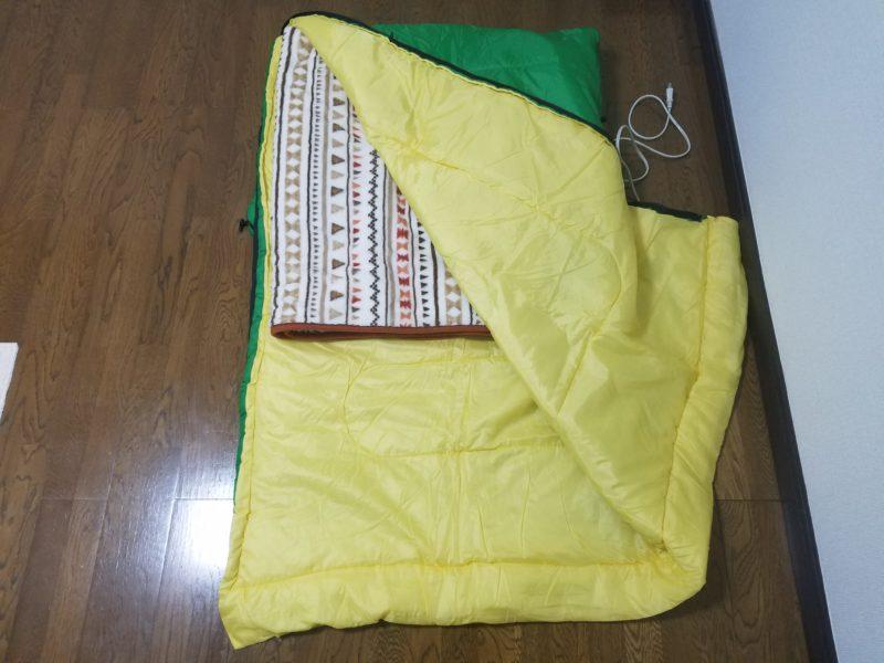 寝袋に電気マットをはさんだブランケットを入れる