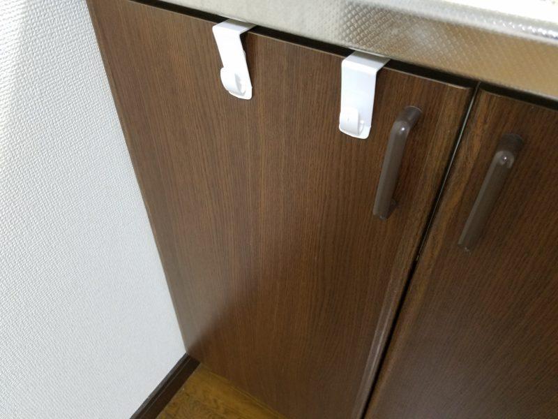 キッチン下の戸棚にフックを取り付け